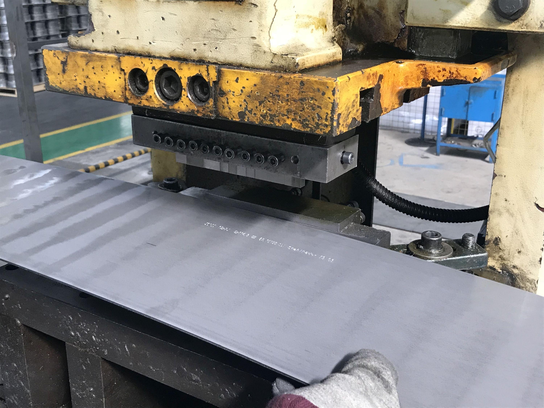 Do produkcji wykorzystuje się płaskie wyroby ze stali walcowanej na gorąco, niepoddane trawieniu, o szerokości co najmniej 600 mm oraz o grubości od 3 mm do 10 mm.